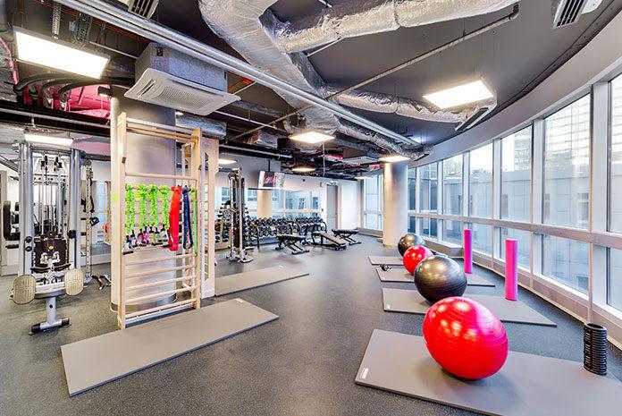 Siłownia kontra klub fitness. Jak prawidłowo przygotować się na zajęcia w klubie fitness?