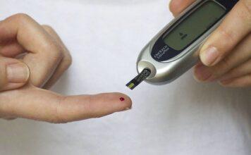 Aby zapobiec hipoglikemii należy kontrolować poziom cukru we krwi
