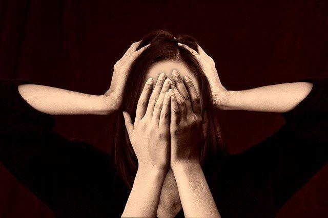 Migrena objawia się silnym, pulsującym bólem głowy